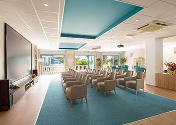 Une salle de cinéma intégrée à la résidence pour retraités.